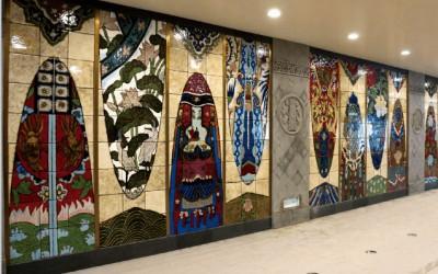 为什么火车站和地铁站都喜欢用陶瓷壁画进行装饰哪?